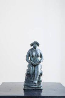Boekenvrouwtje (zittend)